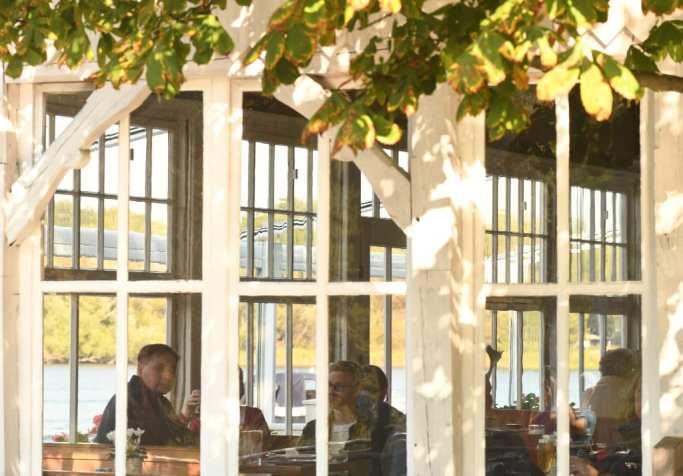 Wintergarten eines Restaurants mit Gästen