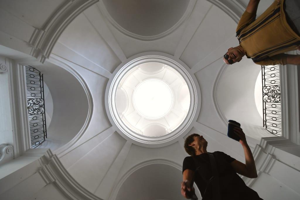 Kuppel mit zwei Menschen, die ein Selfie machen