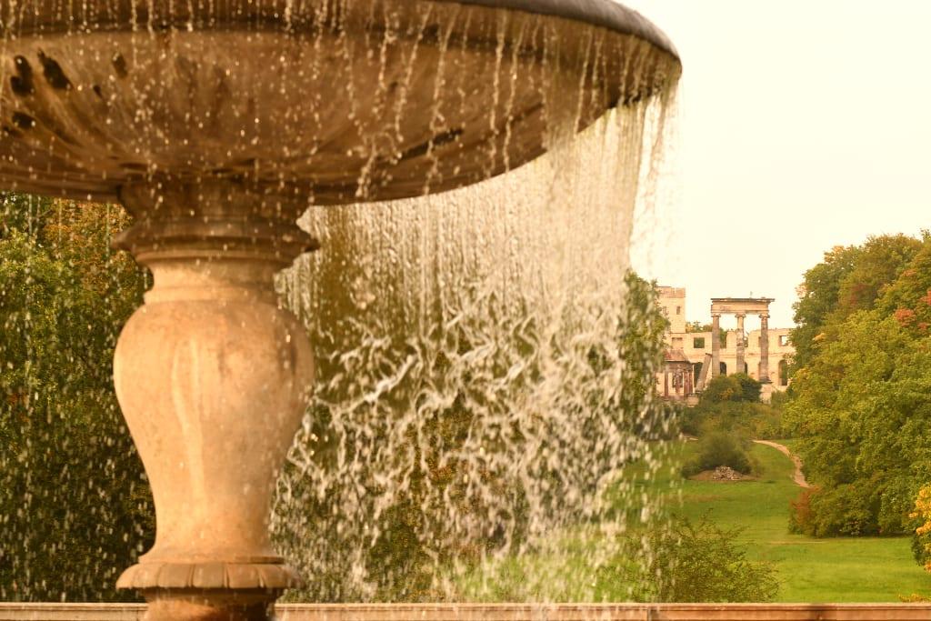 Brunnenwasser, im Hintergrund Ruinen