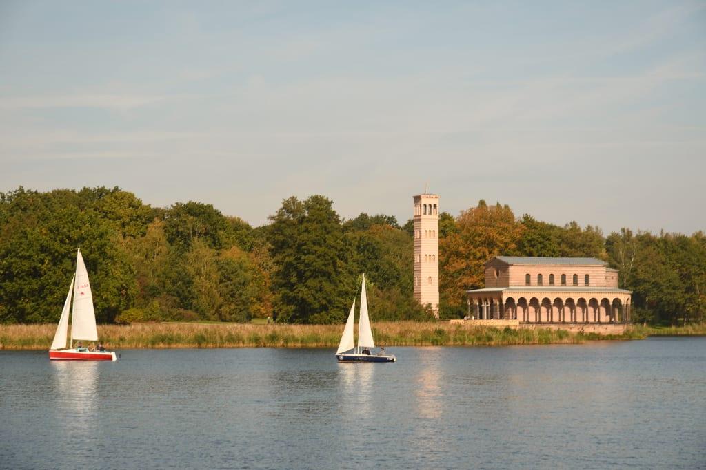 Kirche am Wasser, Boot davor