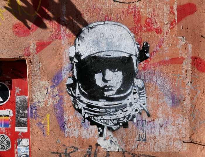 Street Art Frau mit Helm