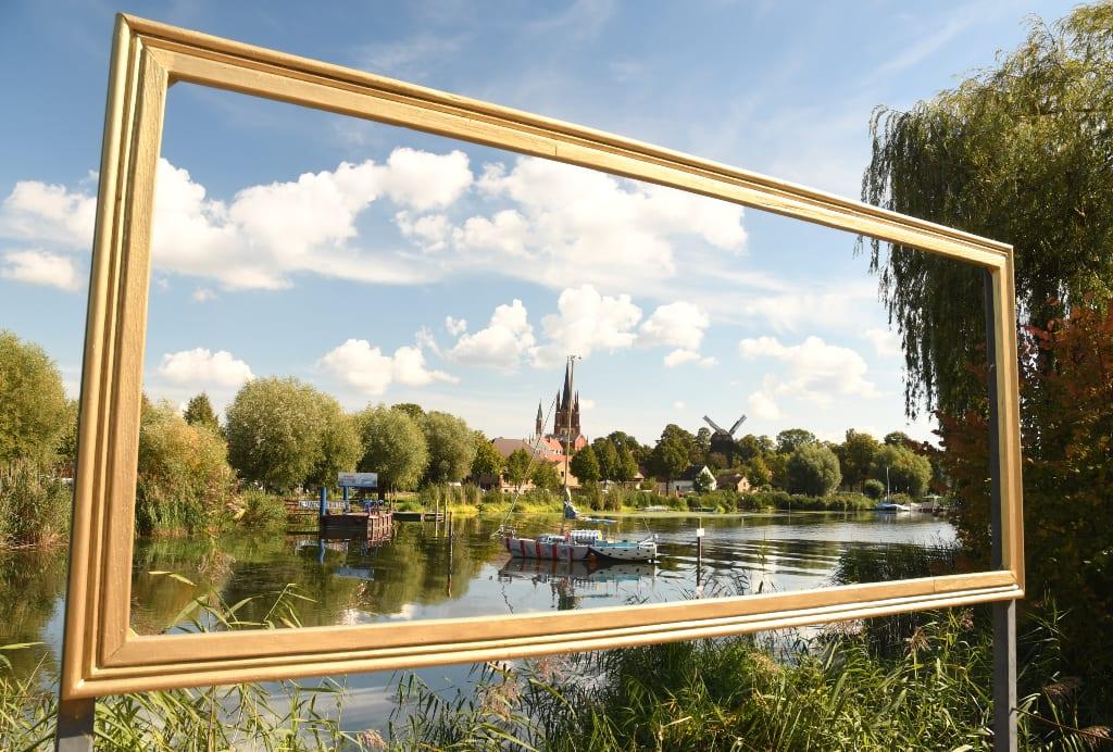 Stadt mit Kirchturm an einem See