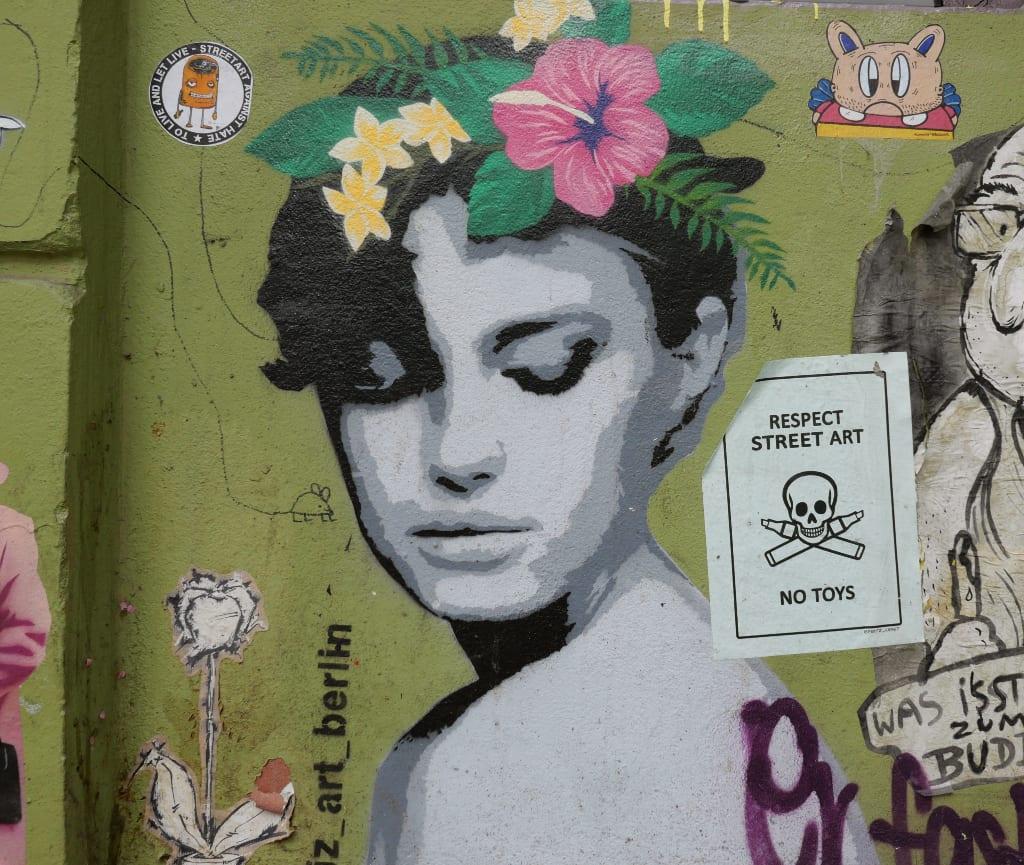 Drau mit Blumen im Haar Street Art
