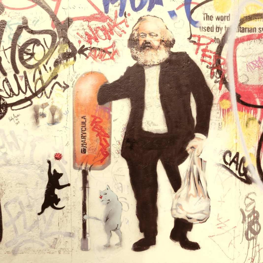 Stencil Karl Marx kramt in der Mülltonne