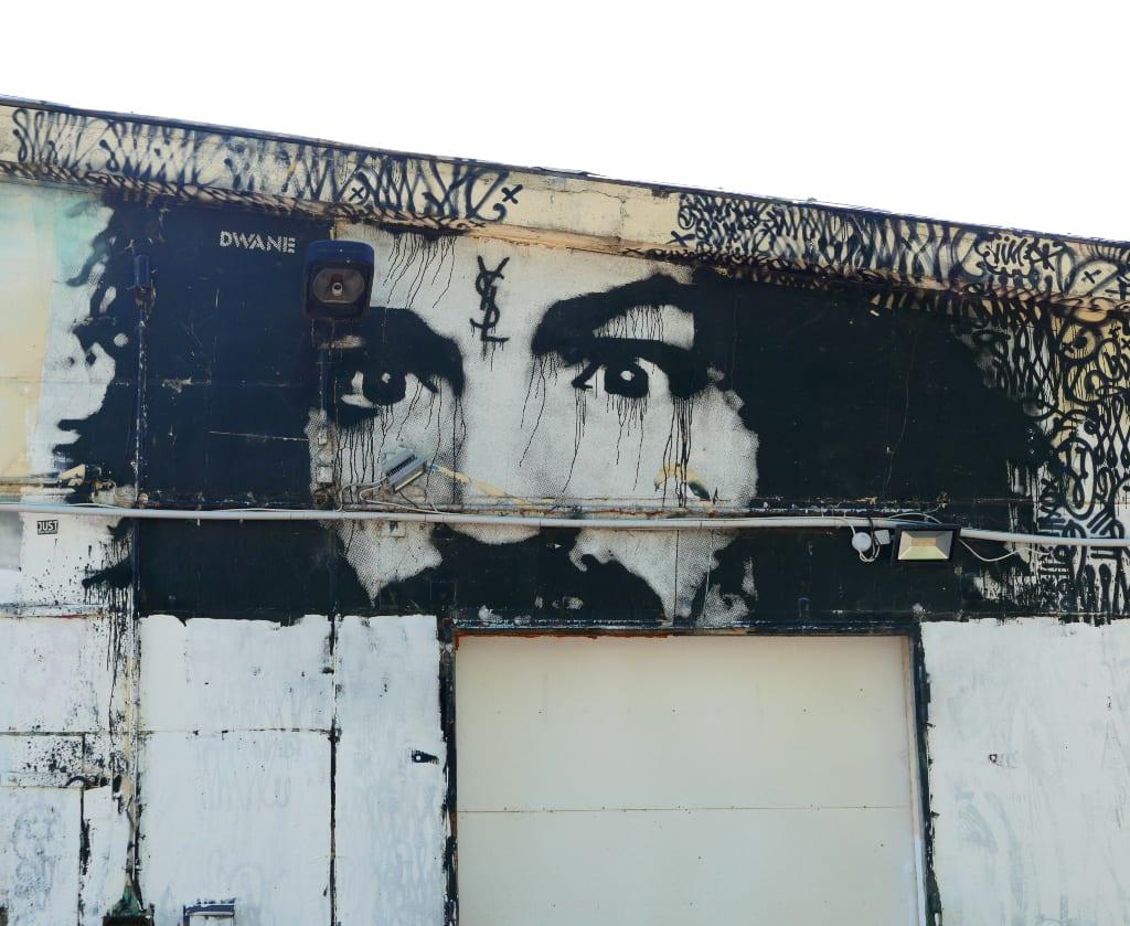 Mann mit schwarzen Locken und irrem Blick Street Art