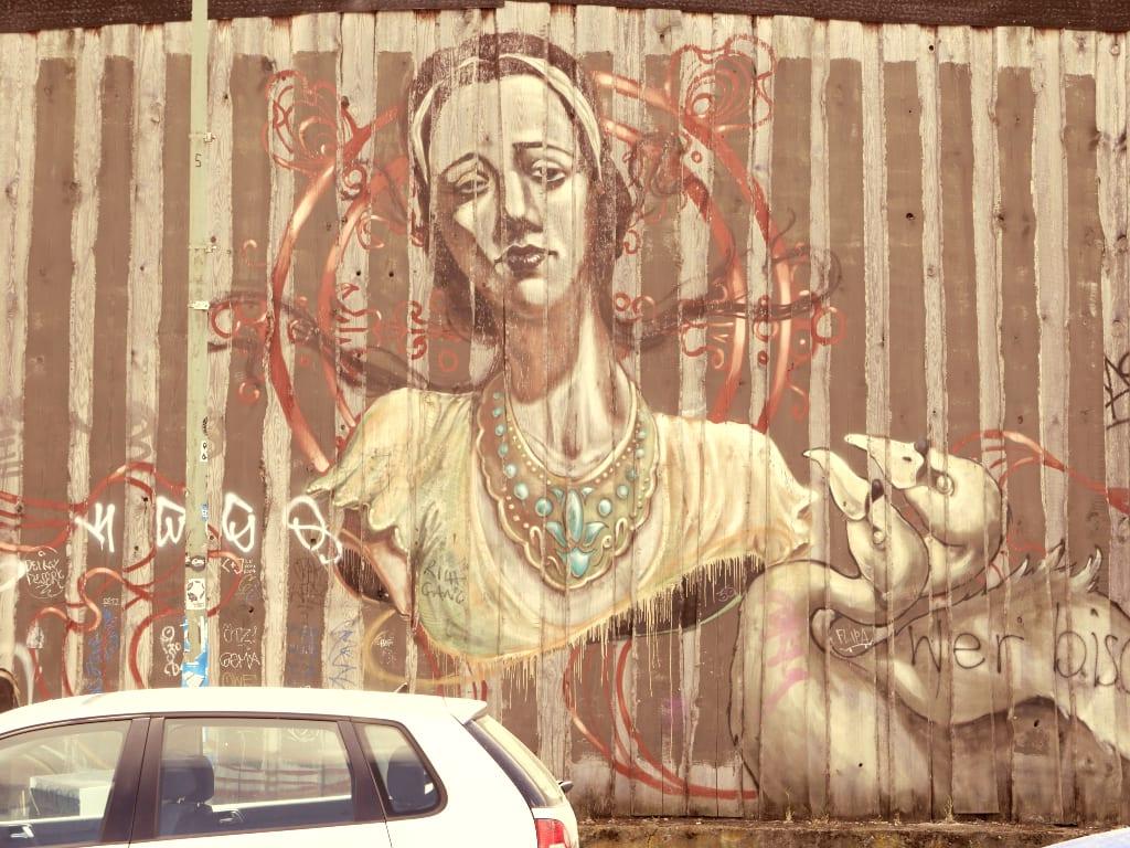 Mural mit Frauenporträt an einer Mauer