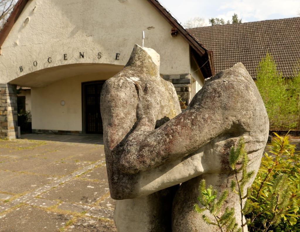Kopflose Statuen vor Gebäude