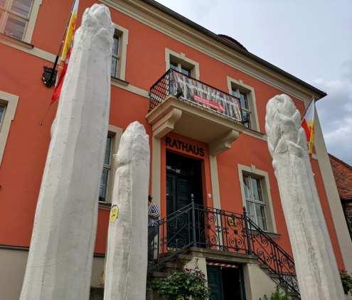 Skulptur Spargelstangen vor einem Rathaus