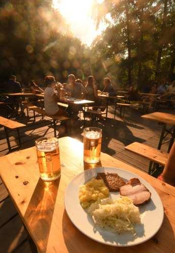 Leberkäse und Bier im Biergarten