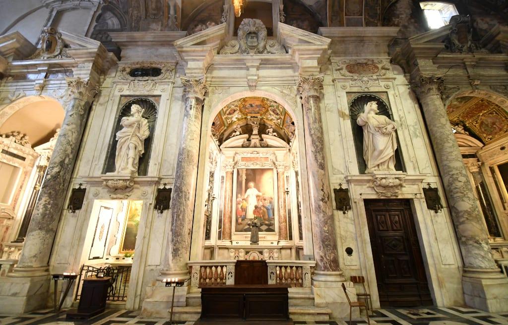 Statuen in einer Kirche