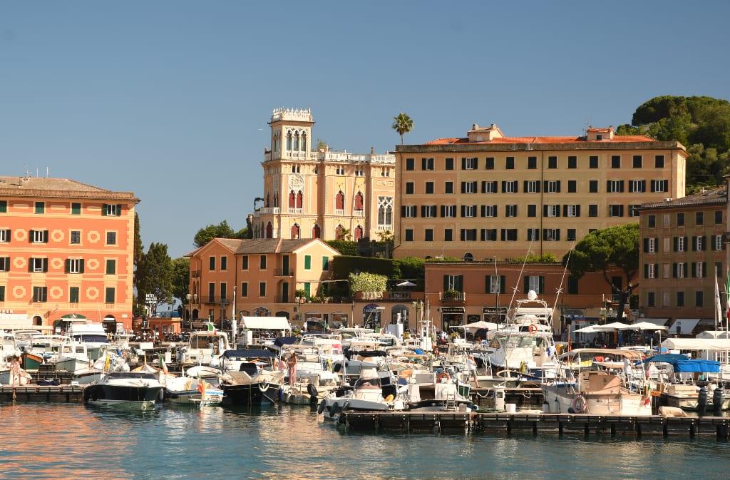 Schöne Stadt mit Yachthafen