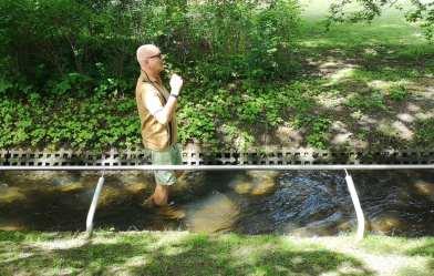 Mann läuft durch Wasser