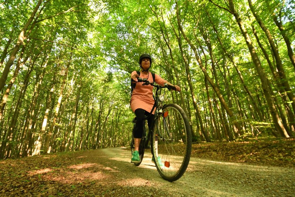 Radlerin auf Rad im Wald