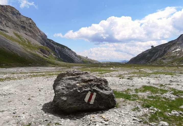 Markierung an einem Fels in den bergen