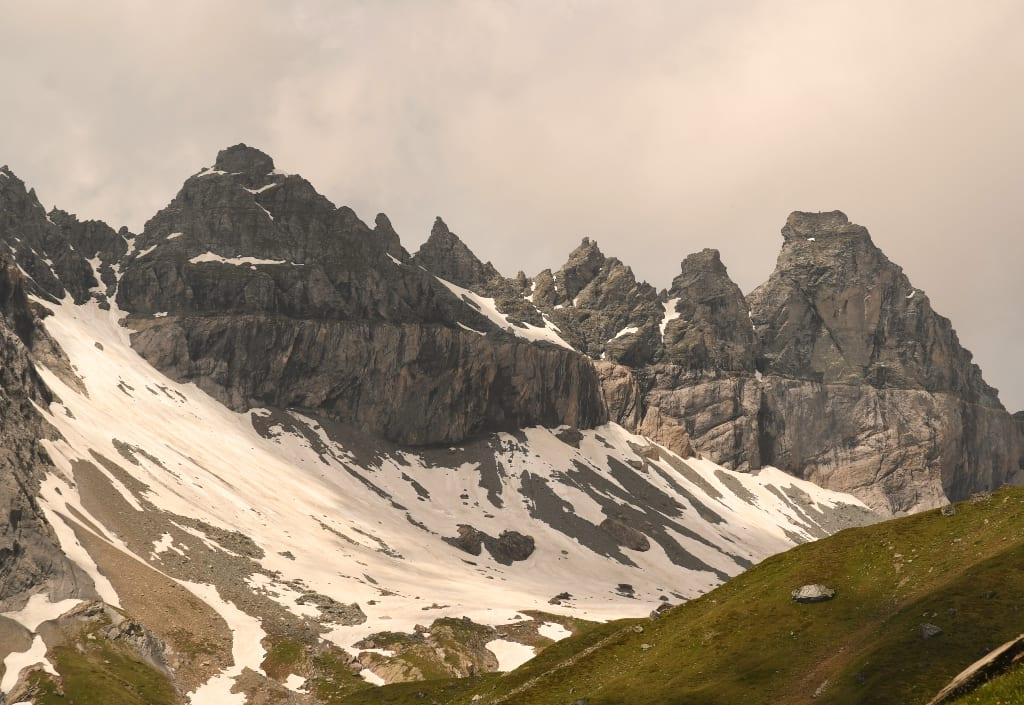 Graue Berge mit Schnee