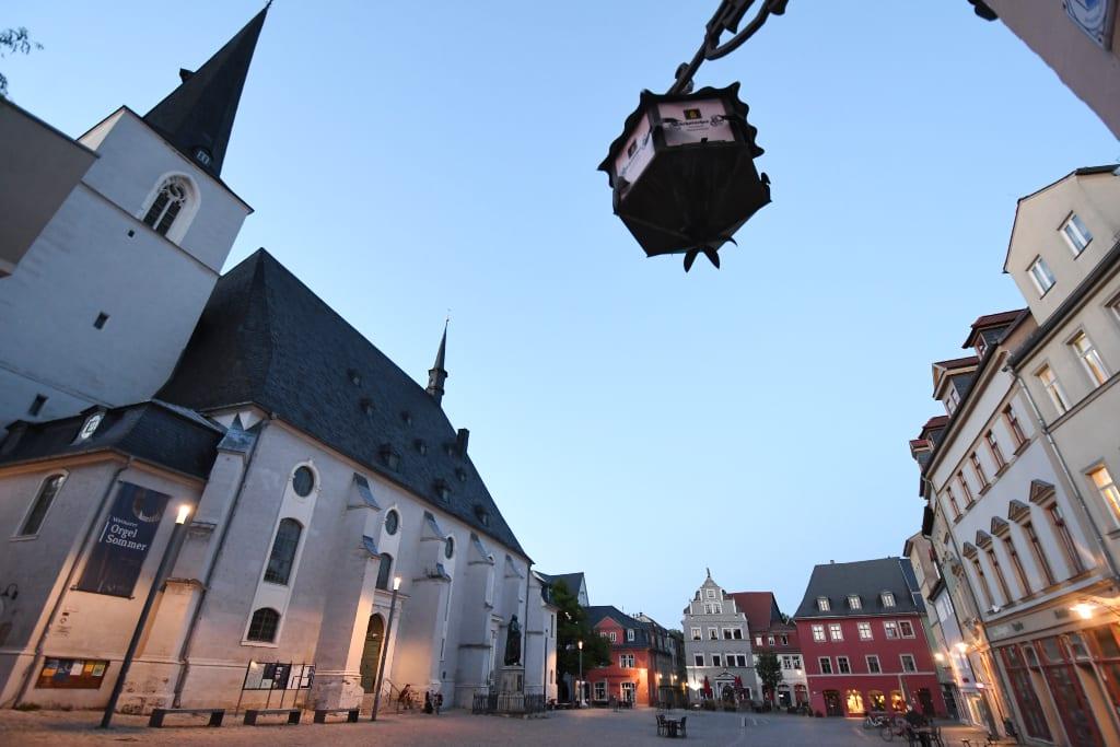 Kirche an einem historischen Platz im Abendlicht