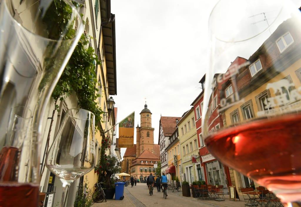 Weinglas und schöne Altstadt