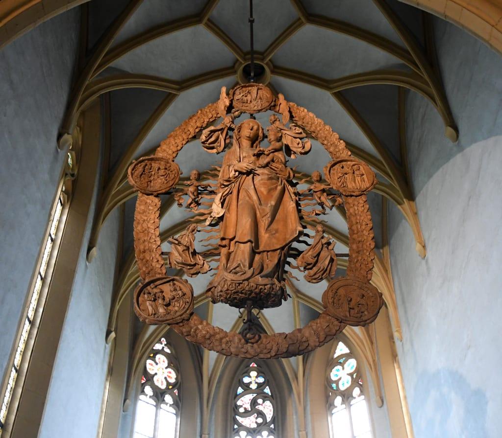 Geschnitzte Rosette in einer Kirche