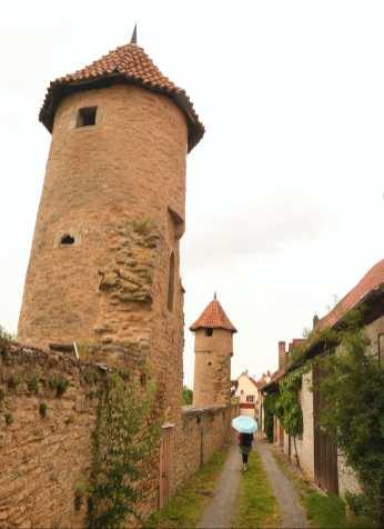 Mauern und Türme einer historischen Stadt