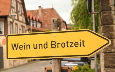 """Schild mit der Aufschrift """"Wein und Brotzeit"""""""