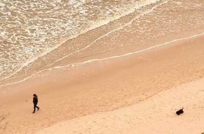 Spaziergänger an einem Strand von oben fotografiert