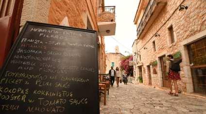 Shöne Altstadtgasse mit Restauranttafel in griechischen Buchstaben