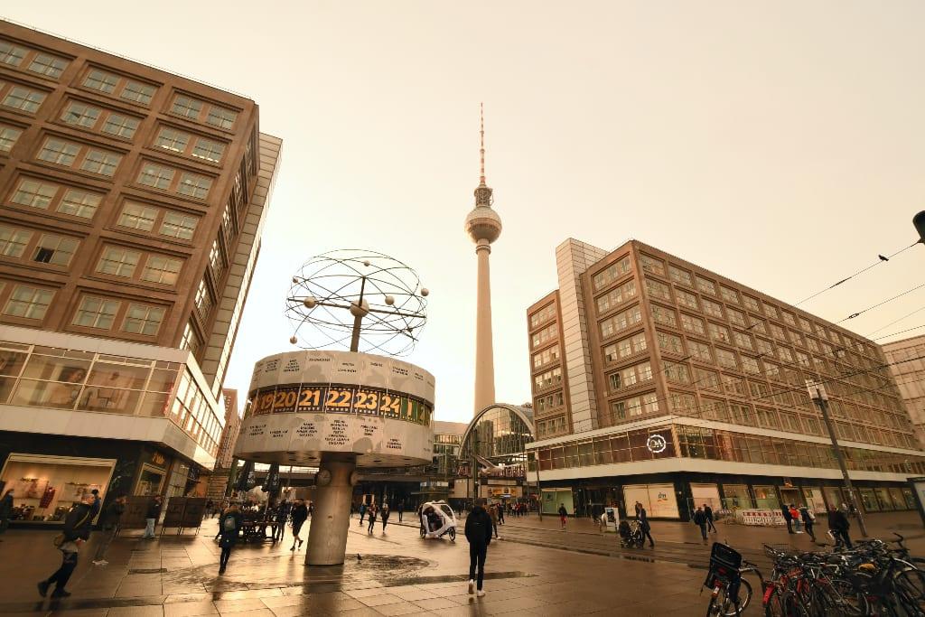 Fernsehturm und Häuser einer großen Stadt
