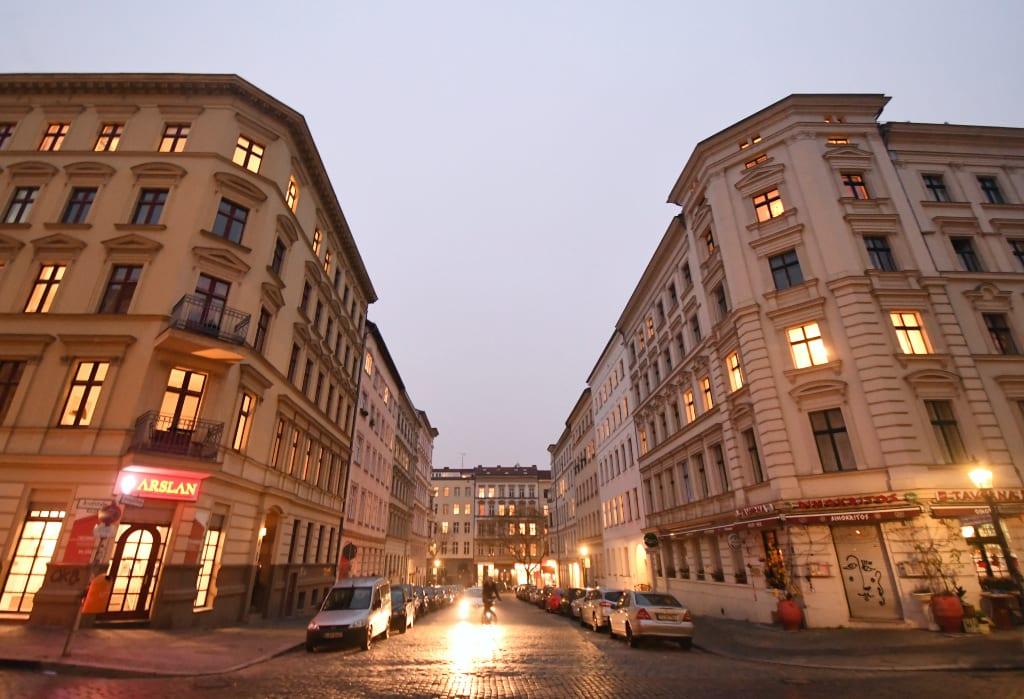 Beleuchtete Altstadtstraße einer Stadt