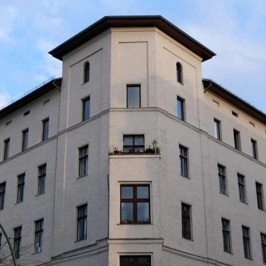 Eckfassade eines historischen Gebäudes ohne Stuck