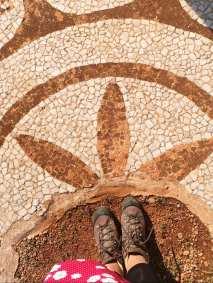Wanderstiefel und Mosaik