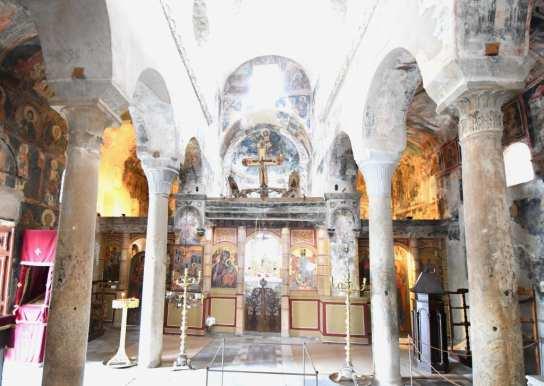 Inneres einer orthodoxen Kirche mit Fresken