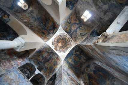 Gewölbedecke einer Kirche mit Fresken