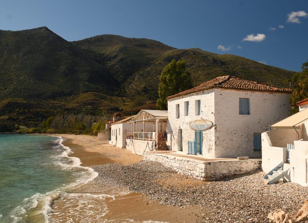 Weißgetünchtes Haus an einem Strand
