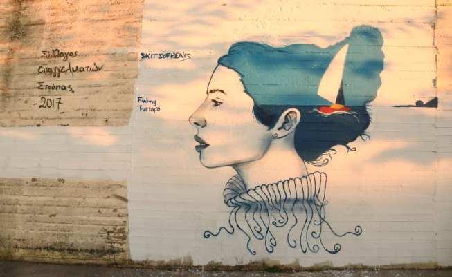 Streetart Porträt einer Frau mit blauen Locken