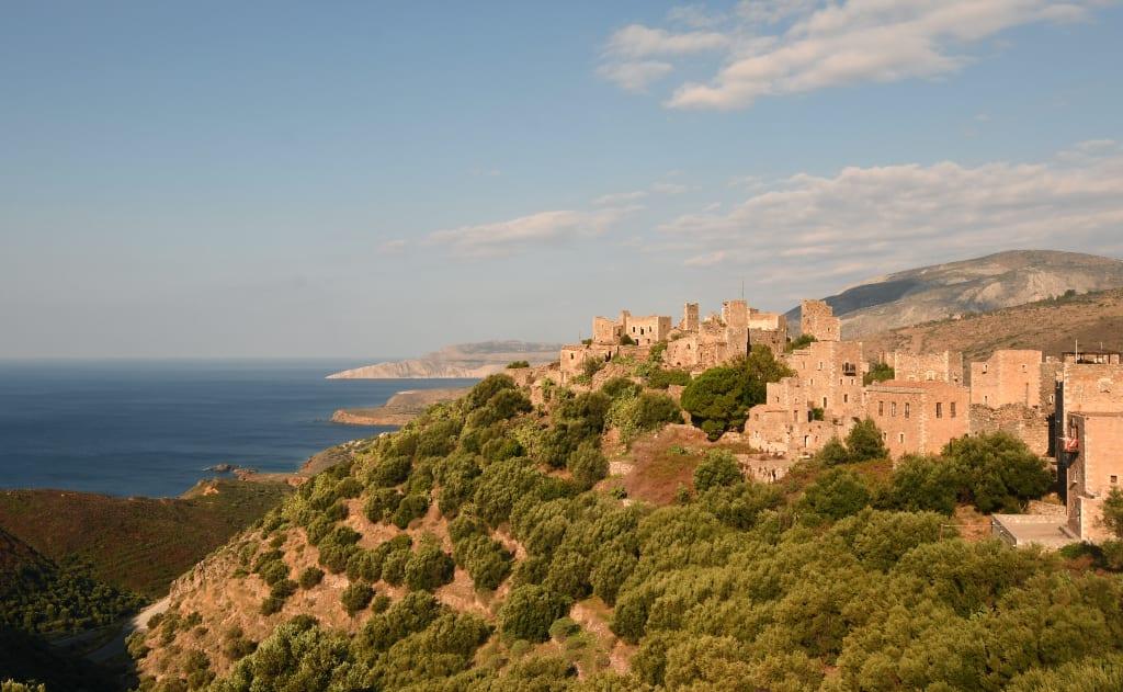 Dorf auf einem Hügel über dem Meer