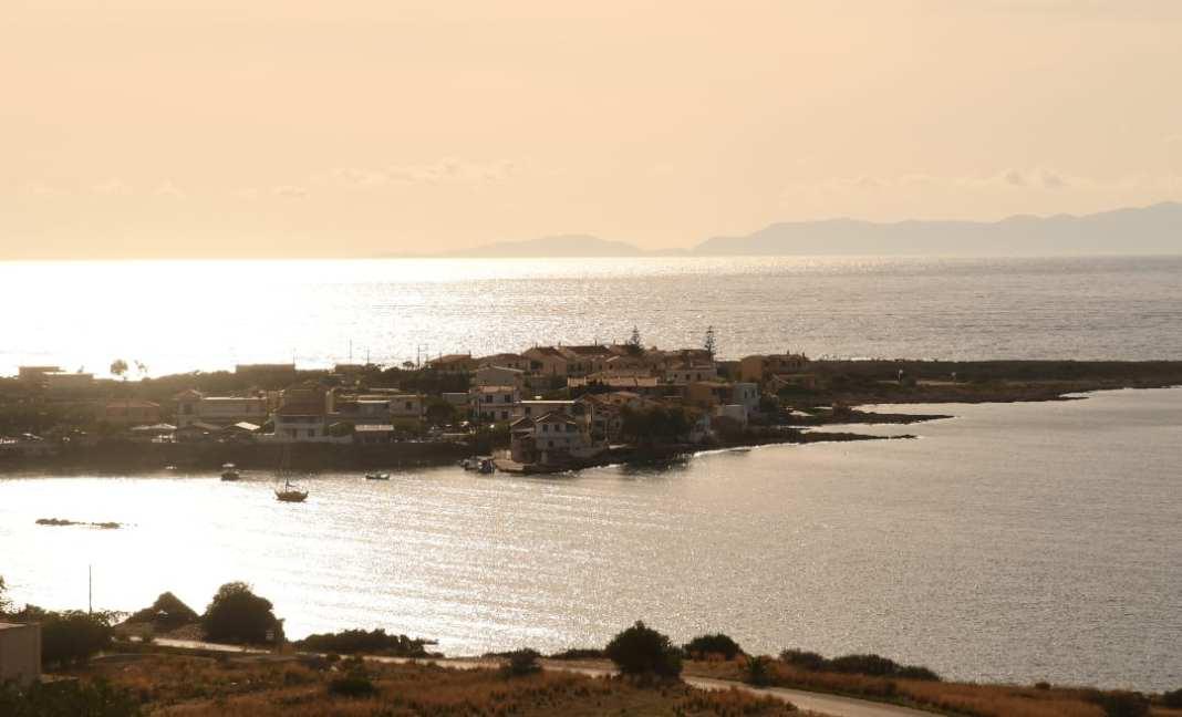 Dorf auf Landzunge am Meer