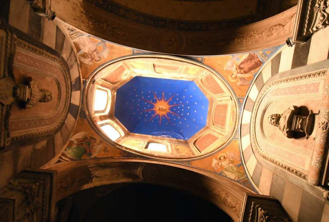 Decke mit blauem Kreis