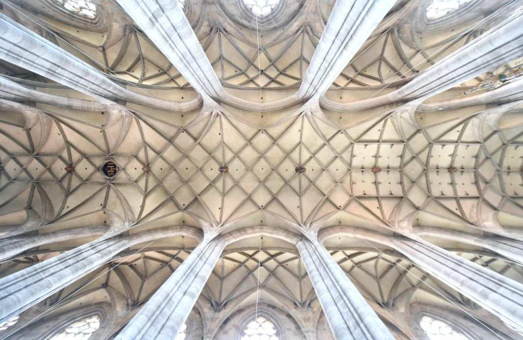 Elegantes Kreuzrippengewölbe einer Kirche