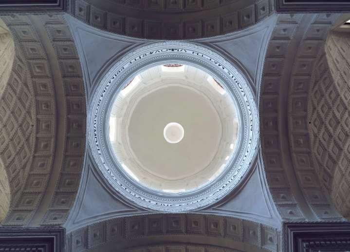 Blick in eine Kirchenkuppel von innen