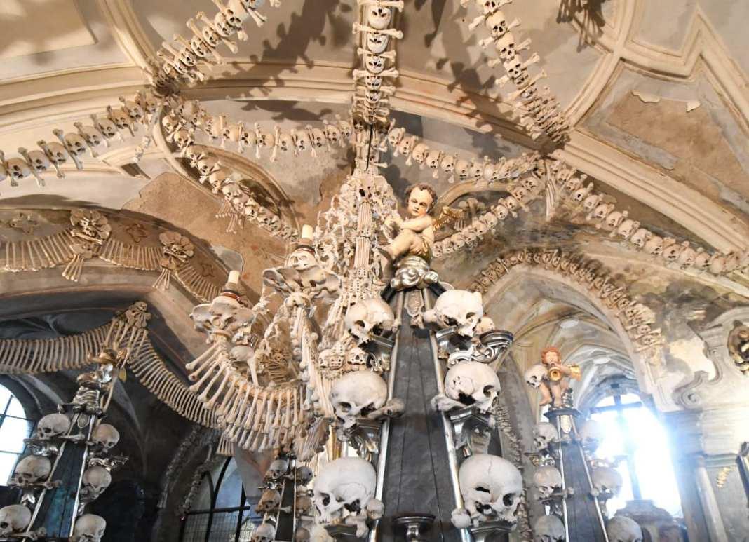 Knochen und Totenschädel in einem Gewölbe