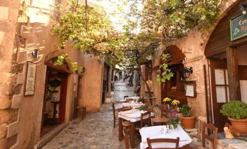 Altstadtgasse mit Restaurant und leeren Tischen