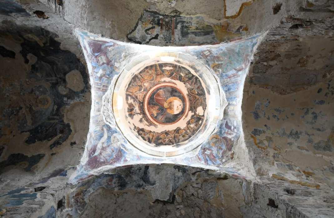 Kuppel und Fresko einer alten Kirche