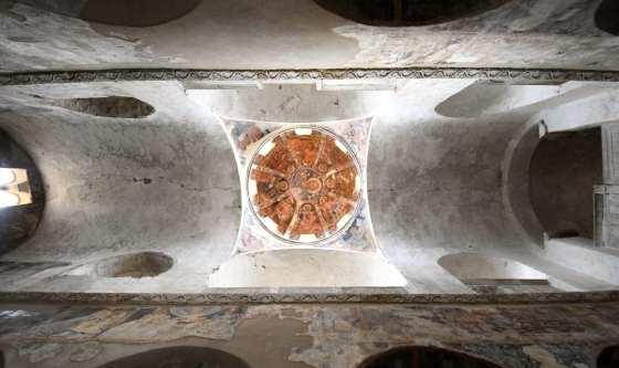 Blick auf eine alte Kirchenkuppel von unten