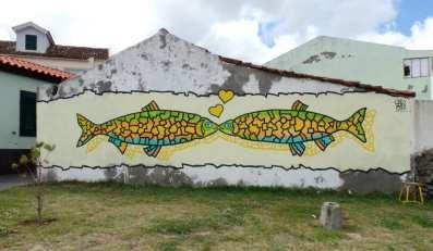 Gemälde küssende Fische auf Gartenmauer