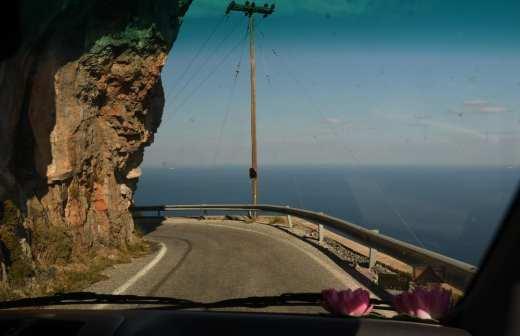 Straße, die an Felswand entlang ins Meer zu führen scheint