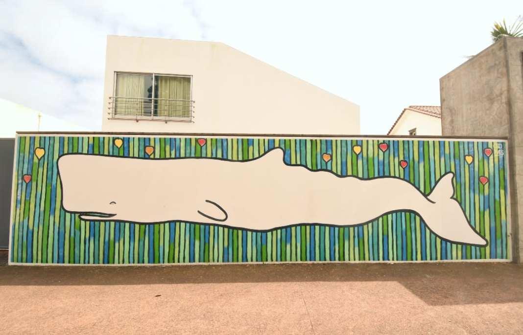 An Wand gemalter Pottwal