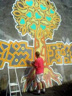 Mann malt Mural an eine Wand
