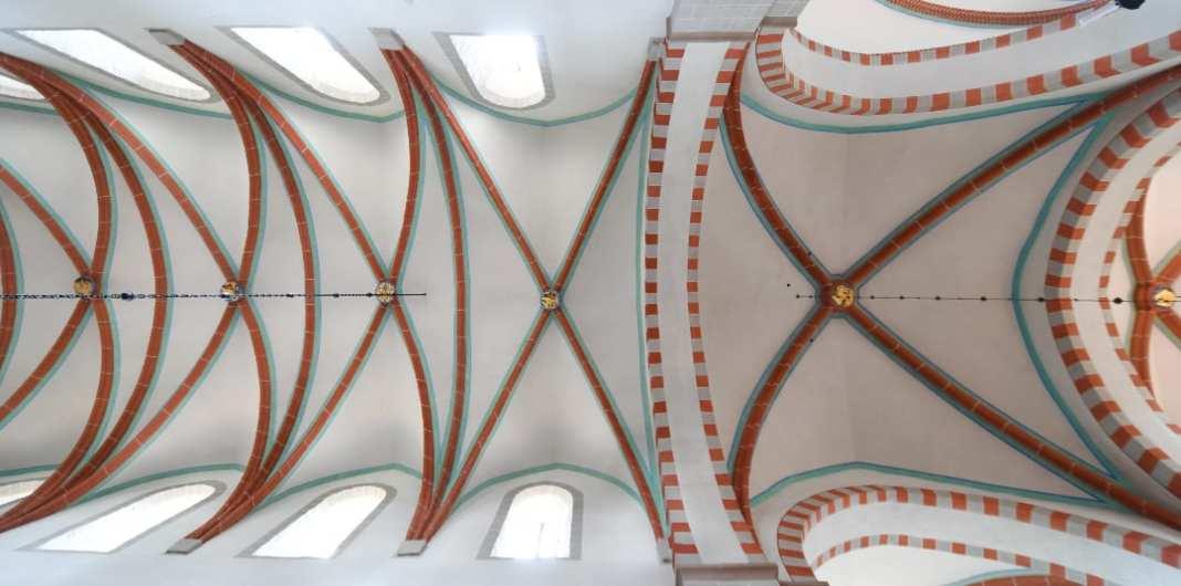 Kreuzrippengewölbe in Weiß und Rot