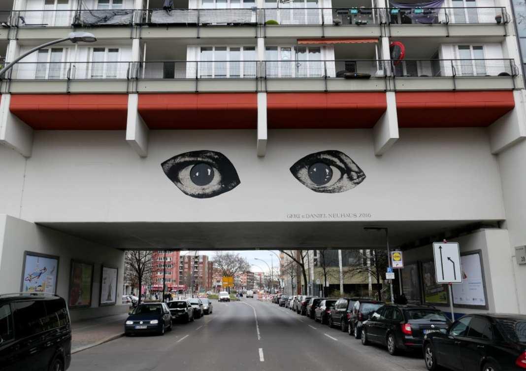 Augen Streetart an einer Häuserbrücke