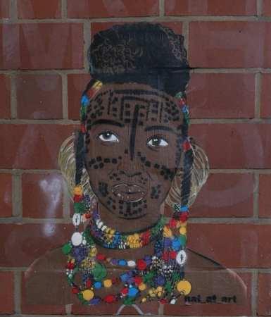Streetart schwarze Frau mit Schmuck